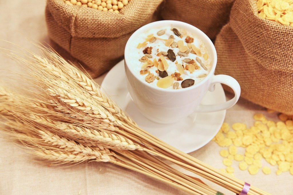 Getreide mit Kornflakes und Müsli